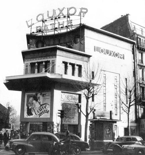 En 1953. Certains décors masqués par ds affiches et photos (Cinémathèque française)