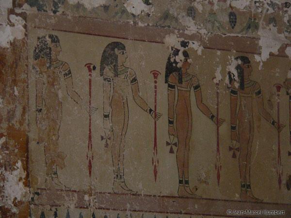 Frise d'Egyptiennes surmontée de papyrus inversés