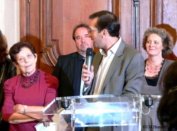 Rémi Féraud, maire du 10e, Jeannine Christophe, Présidente d'HV10 ; à l'arrière plan, Alexandra Cordebard, première adjointe chargée de la culture et Eric Algrain, chargé de la Démocratie locale