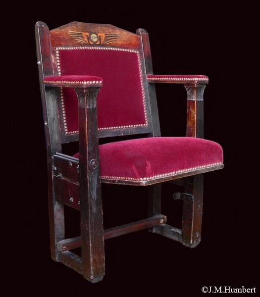 Ancien fauteuil du Louxor de style égyptisant - Coll. Xavier Delamare