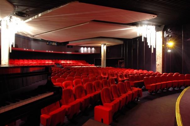 La grande salle ; au premier plan le piano de concert