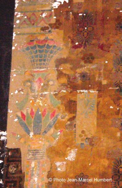 Le haut des colonnes peintes au pochoir sur les murs intérieurs du Louxor
