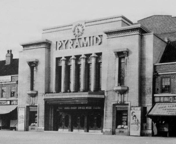 Façade du cinéma Pyramid en 1934