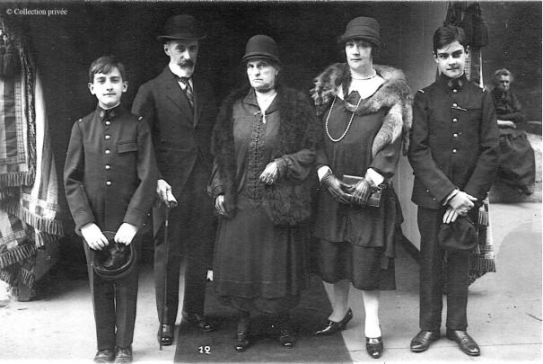 Henri Zipcy, sa belle-mère, sa femme et ses fils (en uniforme du collège Stanislas) en 1926, lors d'un événement familial.
