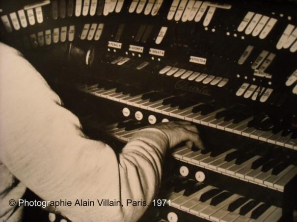 Tommy Desserre à la console de l'orgue du Gaumont