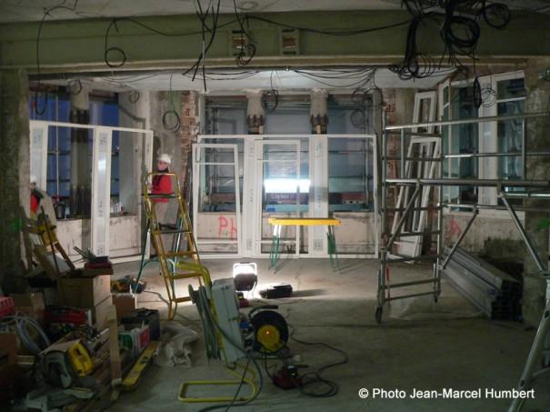 Pose des huisseries dans la future salle d'exposition (au second plan, les colonne lotiformes de la façade)
