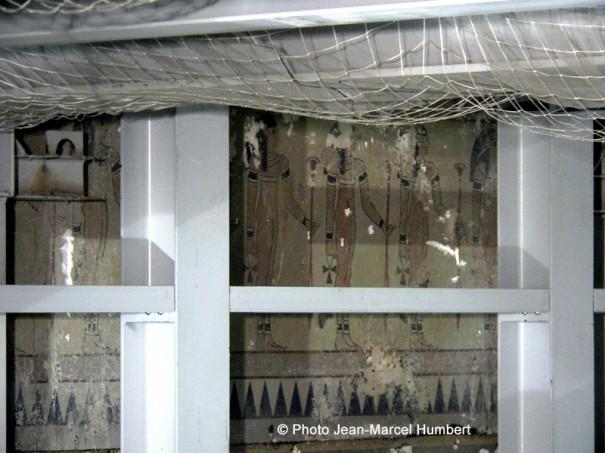 Derrière la paroi de la boîte acoustique : la fresque des Egyptiennes