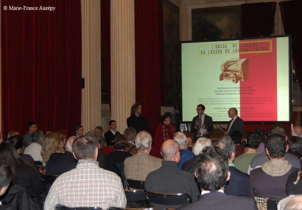 Face au public, Rémi Féraud, maire du Xe, et les présidents des trois associations