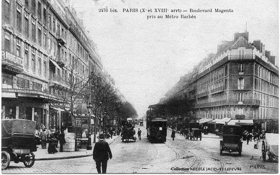 Les étalages du magasin Au Sacré Coeur, côté boulevard Magenta