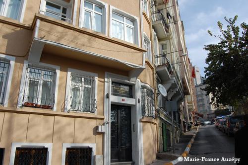 Le Güzel Manzara Apartmanı et les immeubles de la rue Akarca