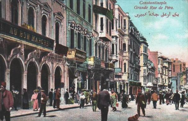 La grande rue centrale de Péra (maintenant Istiklal Caddesi) dans les années 1900
