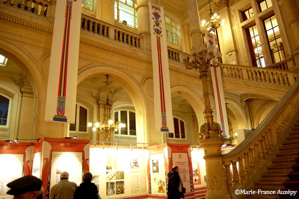 Les bannières reproduisant les colonnes florales de la grande salle du Louxor