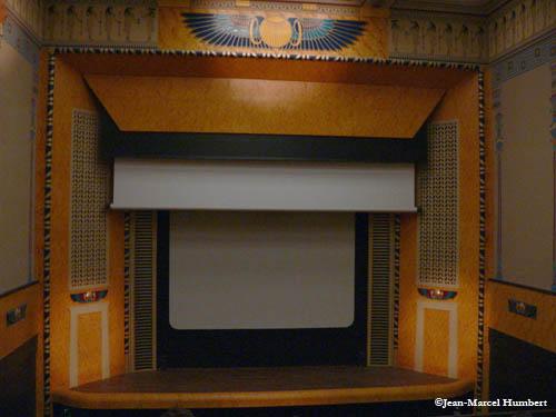 Avant la projection, le grand écran est abaissé sur le petit écran de 1921.