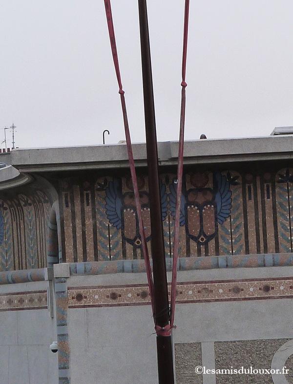 Le mât vient se placer dans l'encoche ménagée à cet effet dans la corniche.