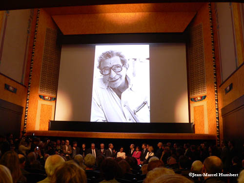 sous le portrait de Yousse Chahine , le Maire de Paris entouré des élus, de l'équipe de CinéLouxor, de l'architecte Phllippe Pumain et d'une foule de journalistes.