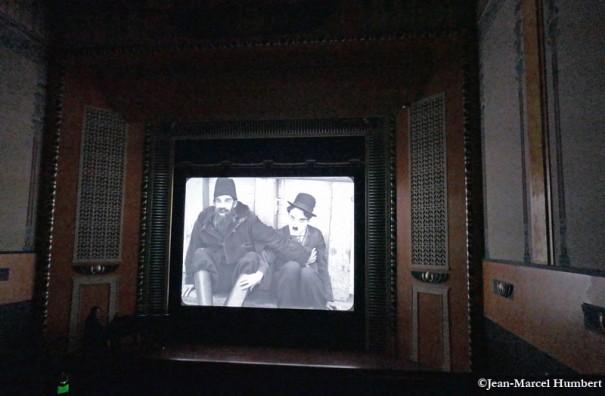 Pendant la projection de l'Émigrant de Charlie Chaplin