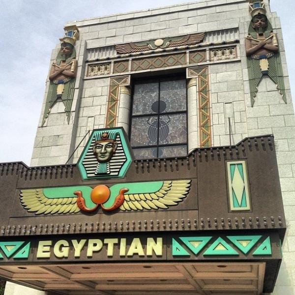 La façade et sa verrière représentant un scarabée (Cliquer sur l'image pour agrandir)