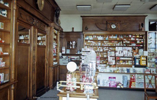 L'intérieur de la pharmacie Léon Gros en 1983.